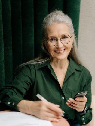 senior woman green shirt vert